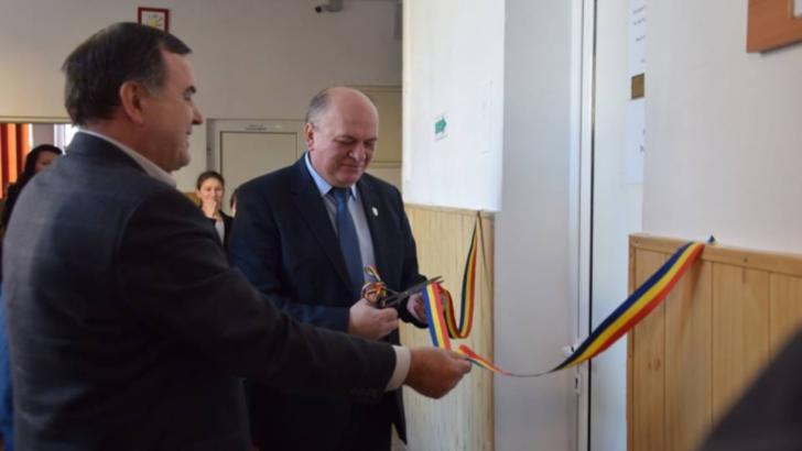 Dragoș Chitic, primarul care taie panglici la WC-uri de școală, țintește către un nou mandat. Inaugurare cu fast, la mâna a doua