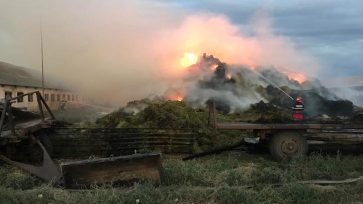 Incendiu de proporții, în noaptea de duminică spre luni, la un depozit de furaje din județul Galați