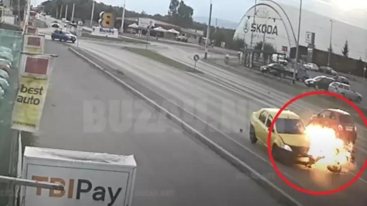 Accident grav în Buzău. Motocicleta unui polițist a fost agățată de o șoferiță și proiectată într-un taxi. Femeia, reținută, după fuga de la locul accidentului