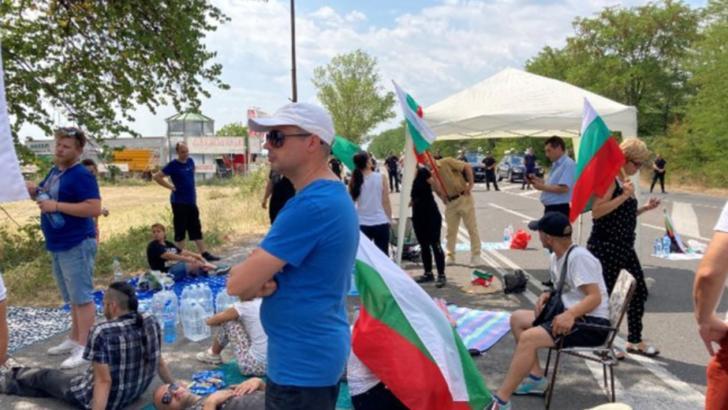Ieșirea din Stara Zagora, blocată de protestatarii instalați cu scaune și corturi Foto: Twitter.com