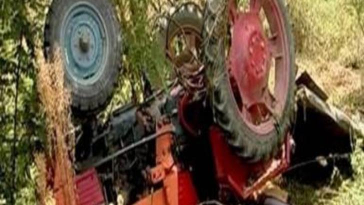 Minoră decedată după ce tractorul în care se afla s-a răsturnat