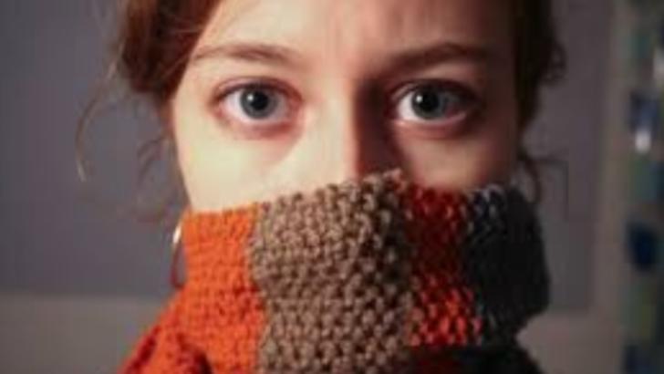 Cum ne protejăm de coronavirus. Motivul incredibil pentru care un FULAR face mai mult rău decât bine