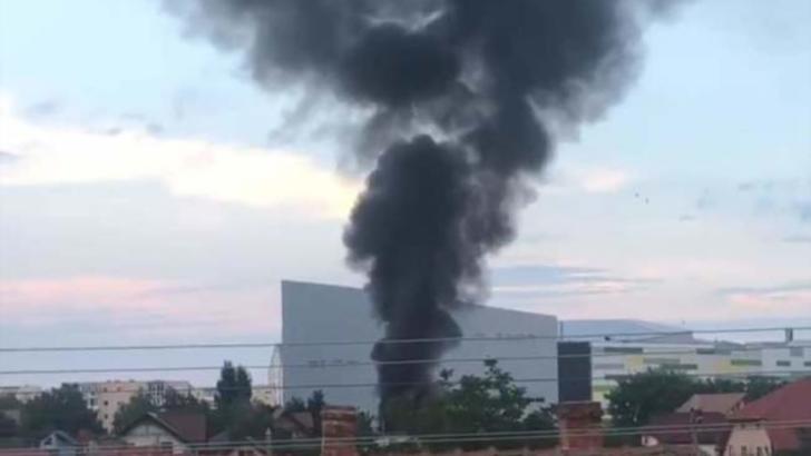 VIDEO Incendiu de proporții la Arad. Zece garaje s-au făcut scrum, coloană uriașă de fum