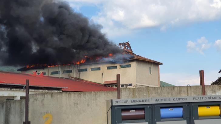 Incendiu de proporții la Piatra Neamț, la o fabrică de pâine
