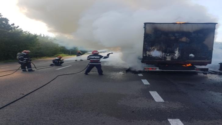 VIDEO Panică pe șosea, un TIR a luat foc la Țăndărei, în județul Ialomița