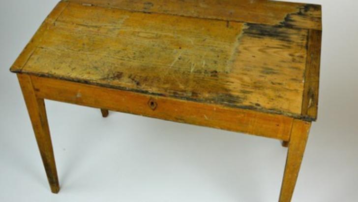 După moartea tatălui, a găsit un MESAJ uluitor, sub masă. De atunci, nimic n-a mai fost la fel!