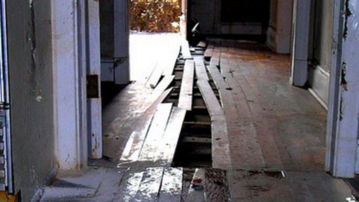A vrut să renoveze casa, dar a înghețat când a scos pardoseala! Stătea acolo de 73 de ani