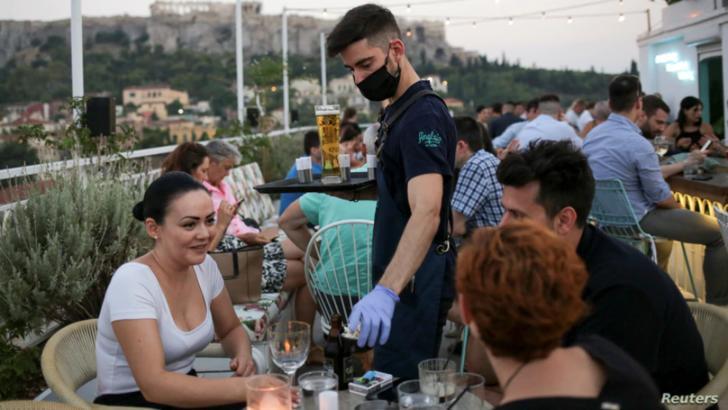 Grecia reduce programul restaurantelor și teraselor. Toate se închid la miezul noptii