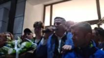 VIDEO Primarul din Sângeorz-Băi, care și-a umilit fiica, a câștigat un nou mandat. Sute de oameni l-au aplaudat în stradă