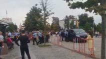 VIDEO Scene șocante în curtea Mitropoliei Iași, două clanuri s-au luat la bătaie, poliția a intervenit în forță