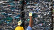 Situație revoltătoare în județul Vrancea! Oamenii care primesc ajutor social, puși de un primar să ardă deșeuri de plastic