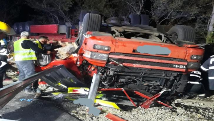 Accident grav, în apropiere de Dej: un mort, după ce un TIR s-a răsturnat