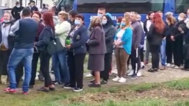 Bătaie între două femei în fața unei secții de votare din Caraș Severin