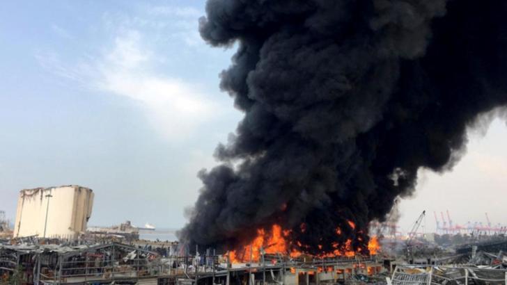 O NOUĂ explozie în zona portului din Beirut! Pompierii se luptă cu flăcările și norul gros de fum