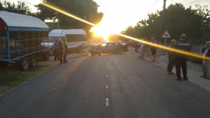 O maşină a intrat frontal într-un microbuz de persoane, în județul Dolj. Cinci persoane, rănite