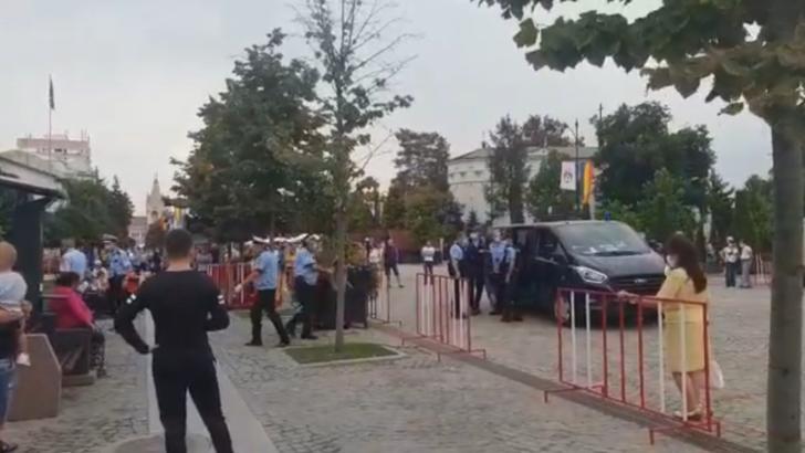 VIDEO Scene șocante în curtea Mitropoliei Iași, protestatari puși la pâmânt de polițiști și luați cu duba