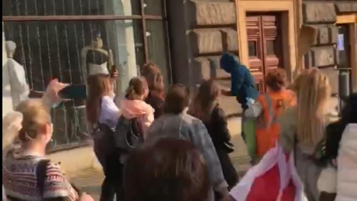 VIDEO VIRAL Un reprezentant al forțelor de ordine din Belarus, bătut cu mătura de femei