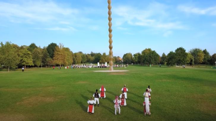 """VIDEO """"Doina Gorjului"""" a acceptat provocarea """"Jerusalema"""", în fața Coloanei lui Brâncuși"""