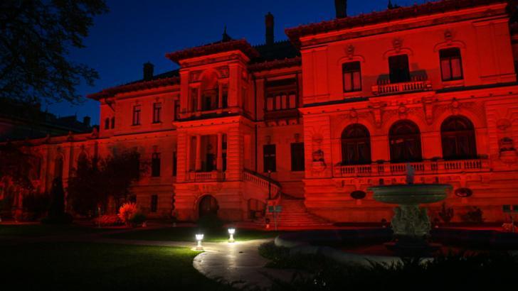Palatele Cotroceni și Victoria, iluminate în roșu pentru a marca Ziua mondială de conștientizare a distrofiei musculare Duchenne Foto: Presidency.ro, Gov.ro