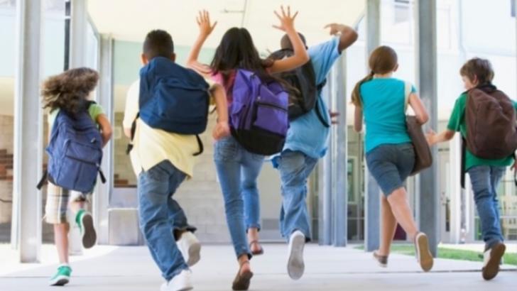 Masca de protecție, distanțarea socială și dezinfectarea - principalele MĂSURI pentru revenirea copiilor în bănci