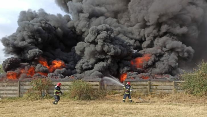 Incendiu puternic la un depozit de deseuri din Craiova