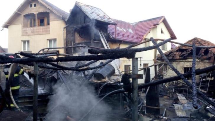 VIDEO Incendiu devastator la Câmpulung Muscel, 2 case și 3 mașini făcute scrum