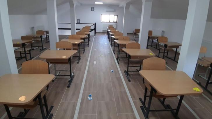 Liceenii din Isaccea au început anul școlar aproape de capela mortuară a orașului Foto: Facebook.com