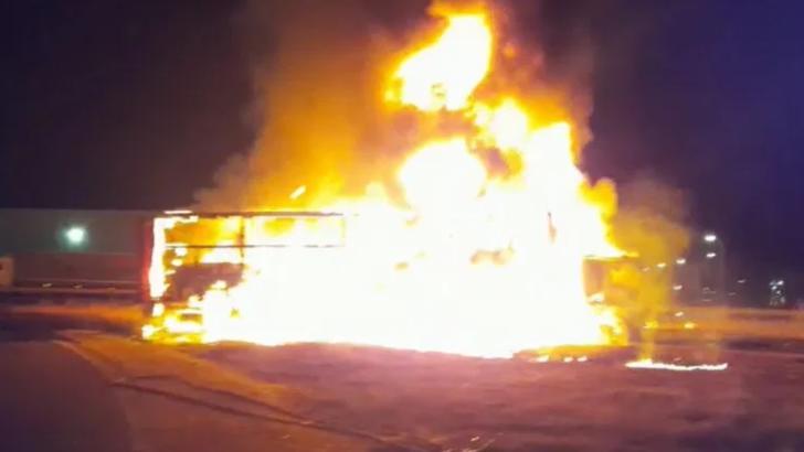 Incendiu pe autostradă: un TIR plin cu ulei s-a aprins ca o torță