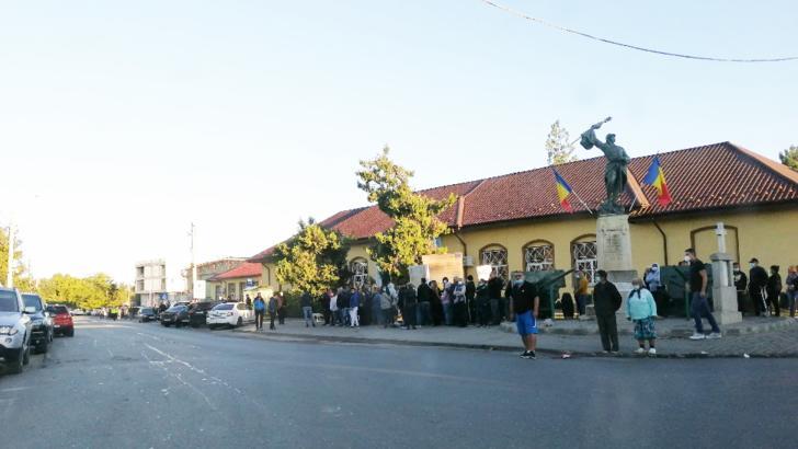 COZI imense la secțiile de vot din Tunari. Sute de oameni stau la rând încă de la 06.00 dimineața VIDEO