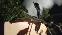Incendiu puternic la o locuință din județul Vaslui. O persoană transportată la spital cu arsuri de gradul 1 și 2