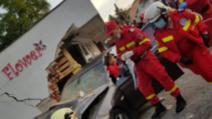 FOTO Accident grav, o femeie a fost prinsă sub un autoturism care a lovit un zid