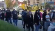 VIDEO Îmbulzeală la un mall din Brașov, în plină pandemie. Oamenii au stat la coadă