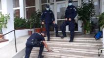 O tânără a fost prinsă de jandarmi cu arme albe la după ce a intrat în curtea unui liceu din Pitești
