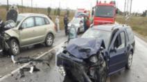 Două mașini făcute praf după o ciocnire frontală în Bărbulești: două persoane au fost rănite grav