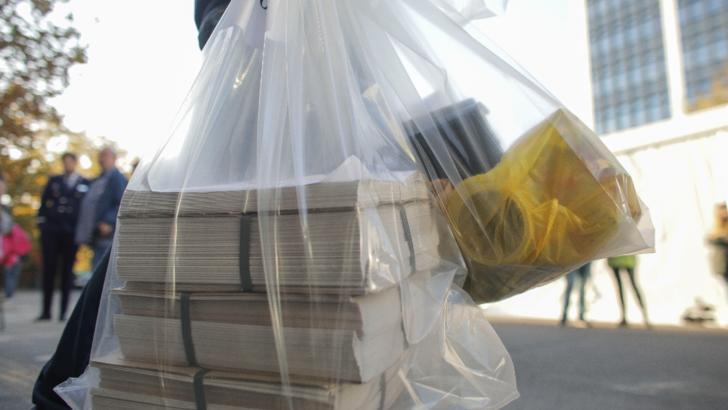 Înregistrări din camera cu voturi de la Sectorul 1: saci rupți și buletine de vot aruncate / Foto: Inquam Photos, Octav Ganea