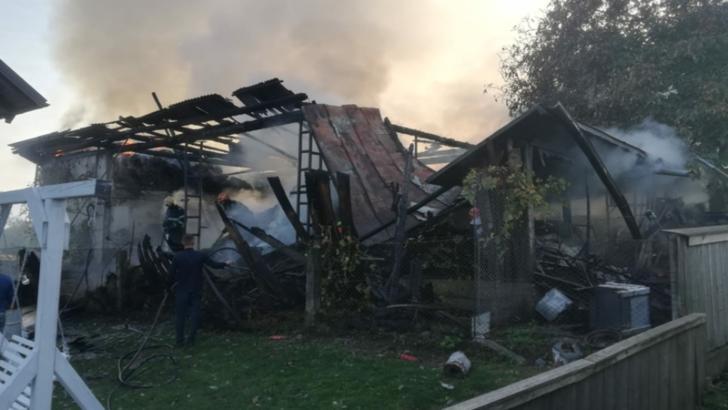 VIDEO + FOTO Cinci ore de luptă cu flăcările pentru pompierii din Suceava