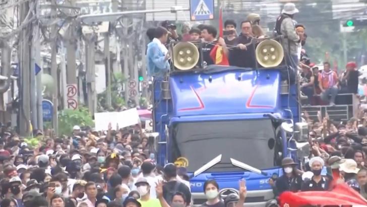 Proteste violente la Bangkok anti-Covid și anti stare de urgență