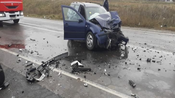 Două mașini făcute praf după o ciocnire frontală în Bărbulești: două persoane au fost rănite grav Foto: ISU Ialomița
