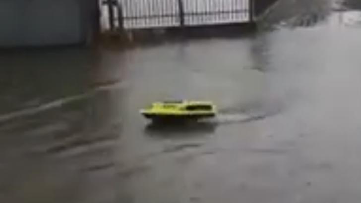 VIDEO Prăpăd în Focșani, inundații pe străzi și în subsoluri. Un focșănean a lansat barca pe străzi
