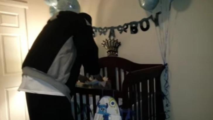 A intrat în cameră, şi-a văzut soţul aplecat peste pătuţul copilului. Când s-a întors, a îngheţat!