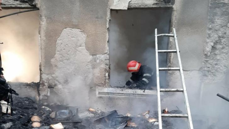 Incendiu violent la o casă din Dâmbovița: O femeie, găsită carbonizată