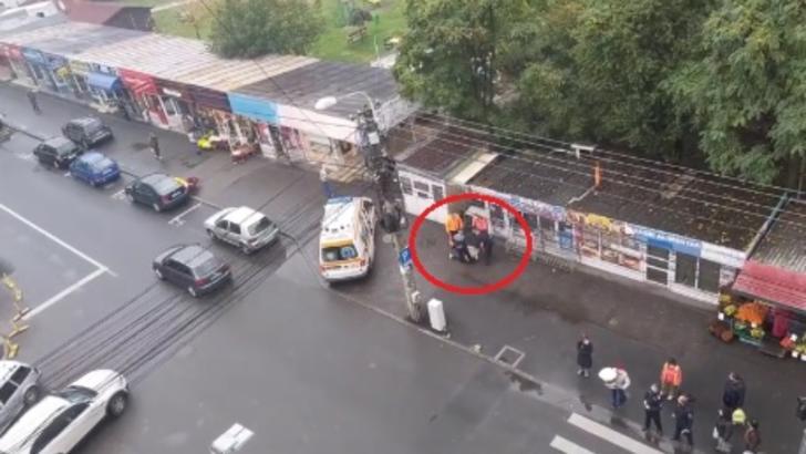 Caz incredibil, la Cluj-Napoca! Femeie fără mască, târâtă pe jos și băgată cu forța într-o ambulanță
