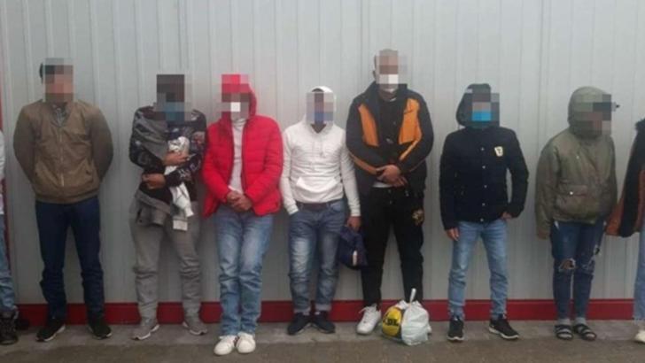 FOTO 45 de migranti, inclusiv un bebeluș, descoperiți ascunși printre role de hârtie igienică, la vama Nădlac