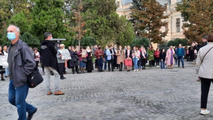 VIDEO A doua zi de proteste în fața Mitropoliei din Iași, fără mască și fără distanțate