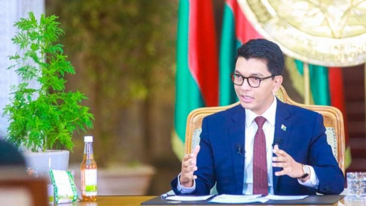 Andry Rajoelina, președintele Madagascarului, prezintă cele două tratamente anti-COVID-19 Foto: AfricaNews.com