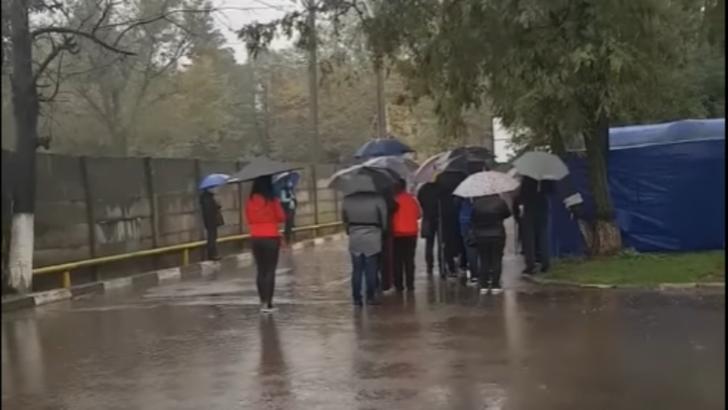 Coadă, îmbrânceli și nervi întinși la maximum în fața Spitalului din Ploiești. Motivul pentru care pacienții au așteptat în ploaie