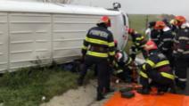 Un microbuz plin cu pasageri s-a răsturnat, în jud. Alba: un mort și un rănit