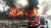 Casă de vacanță făcută scrum în urma unui incendiu violent în comuna Soveja, jud. Vrancea