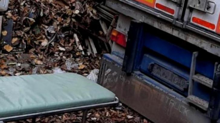 Acuzatii grave din partea unei familii: Barbat mort de COVID, tinut intr-o remorca din spatele unui spital din Timis