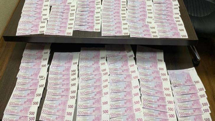 Peste 60.000 de euro falși, puși în circulație pe teritoriul Republicii Moldova